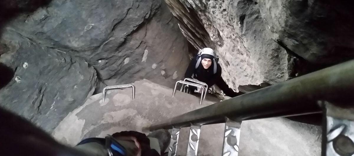 Tobias Dazenko im Klettersteig Häntzschelstiege im Nationalpark Sächsische Schweiz - 7summits4help-Blog