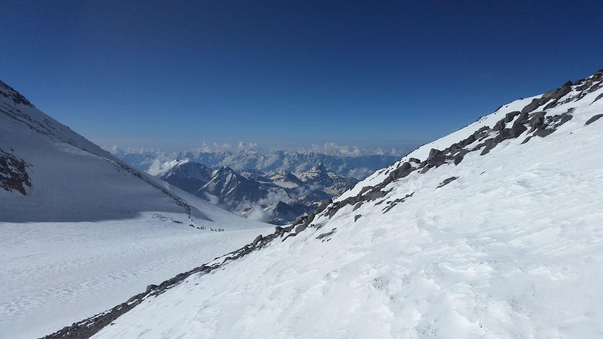 Bild: Der Blick von der Elbrus-Traverse zum Westgipfel - 7summits4help