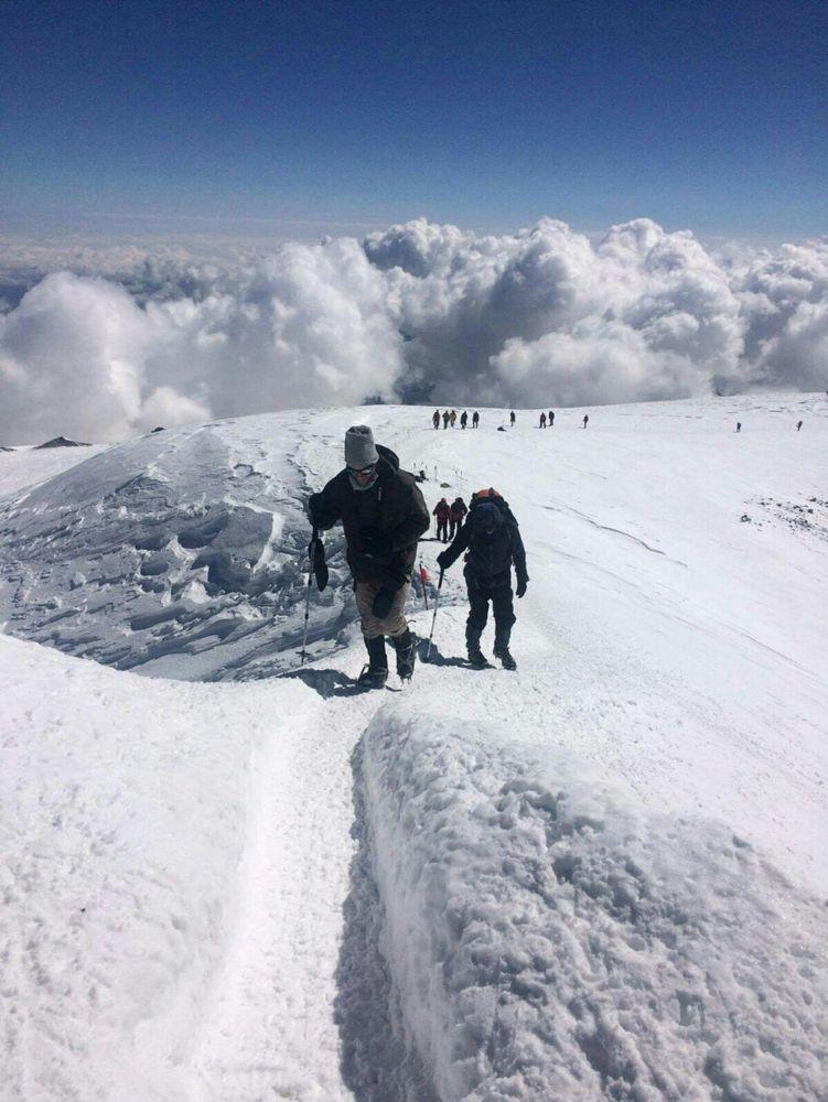 Bild: Die letzten Schritte von Nicolas Scheidtweiler zum Elbrus-Westgipfel auf 5642 Metern