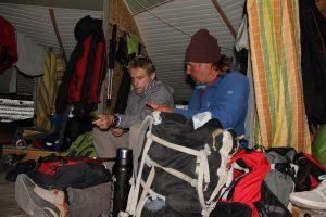 Tobias Dazenko und Bergführer Alexey Ulyanov im Highcamp