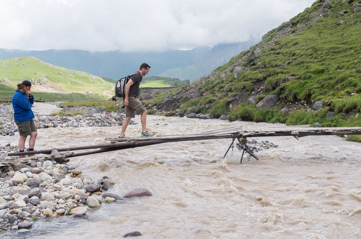 Nicolas Scheidtweiler auf der Brücke zum Elbrus Basecamp