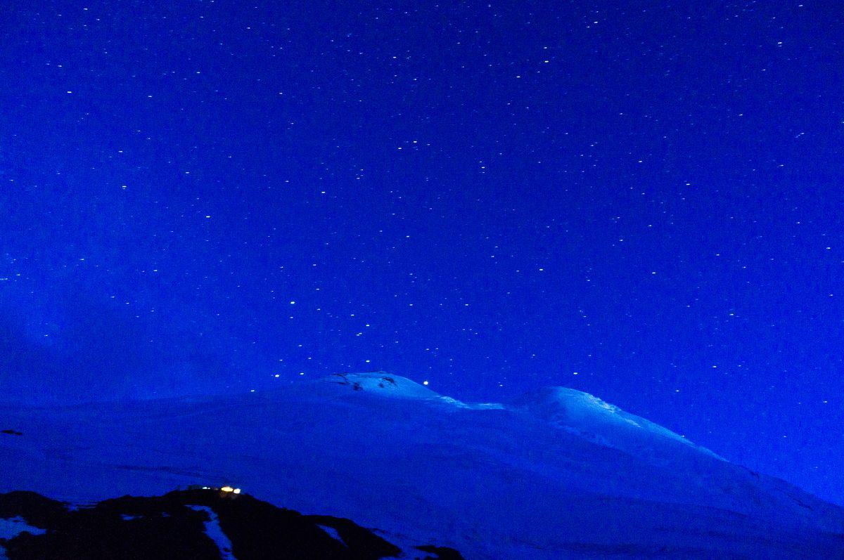 Der Elbrus bei Nacht vom Highcamp aus fotografiert