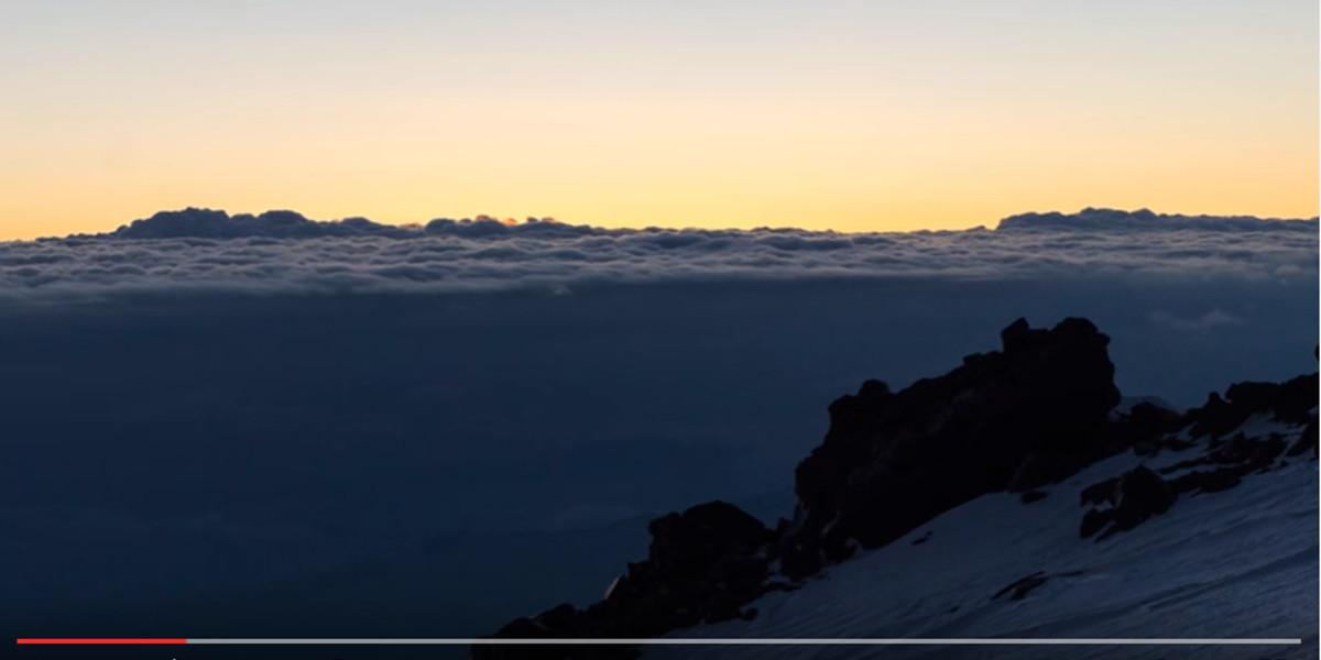 Titelbild: Der Weg zum Elbrus-West-Gipfel im Video- 7summits4help