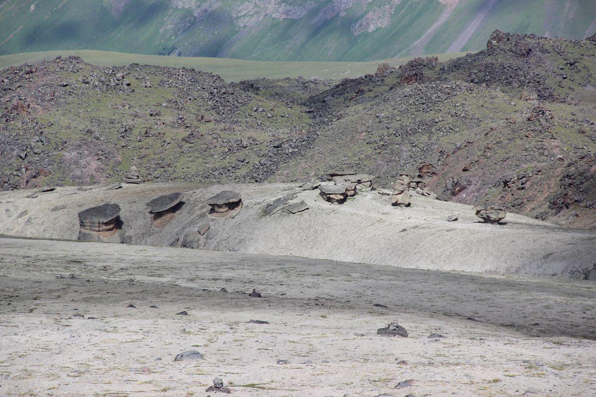Blick auf die Muscheln am Elbrus - eine alternative Route beim Abstieg vom Highcamp zum Basecamp