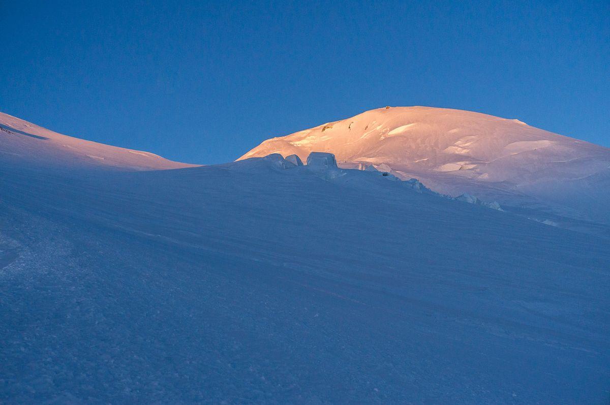 Der Elbrus-Westgipfel im Sonnenaufgang am 28. Juli 2016