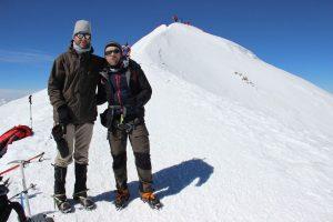 Tobias Dazenko und Nicolas Scheidtweiler am Fuß des Westgipfel des Elbrus nach dem Aufstieg