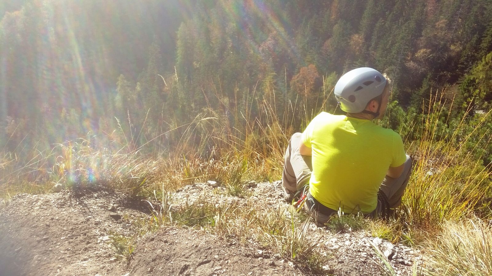 Toby genießt die Sonne beim Training am Grünstein-Klettersteig 2016