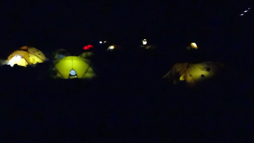 Das Camp Cólera gegen 4:00 Uhr am Gipfeltag