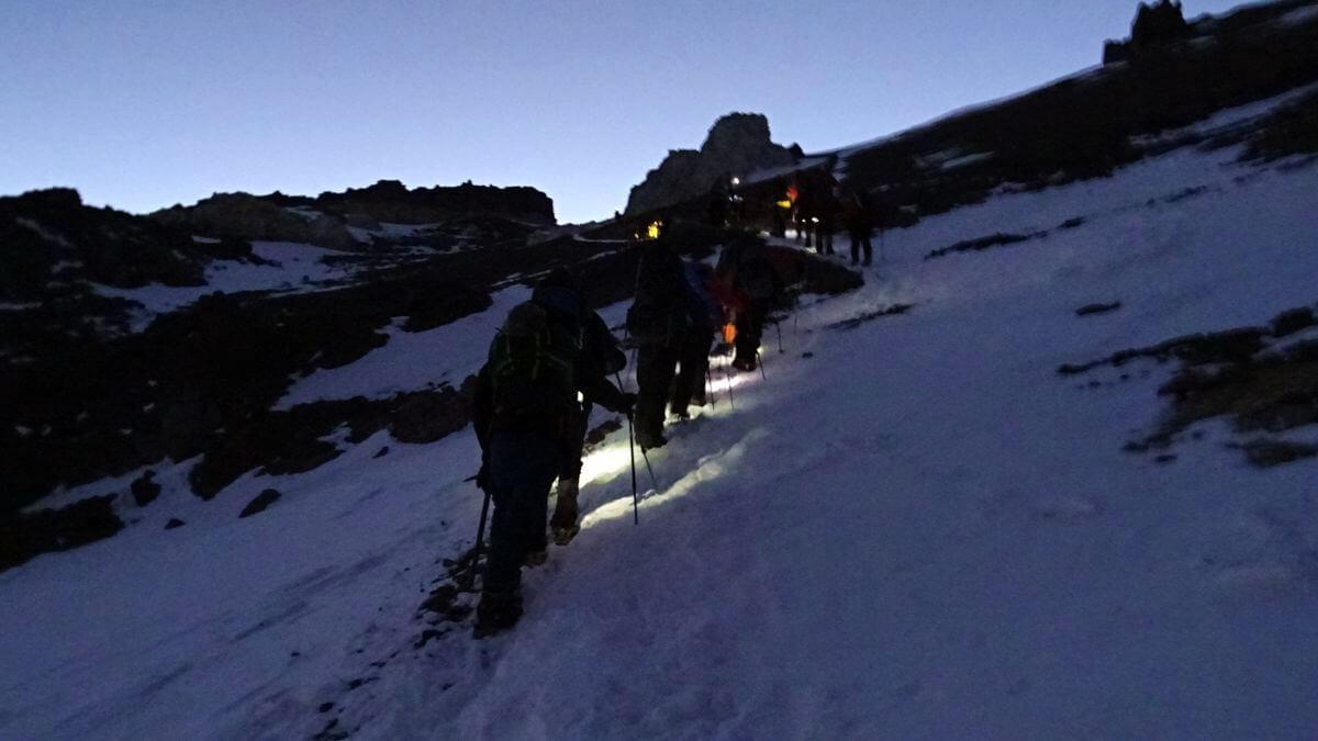 Die ersten Schritte zum Gipfel um 5:00 Uhr