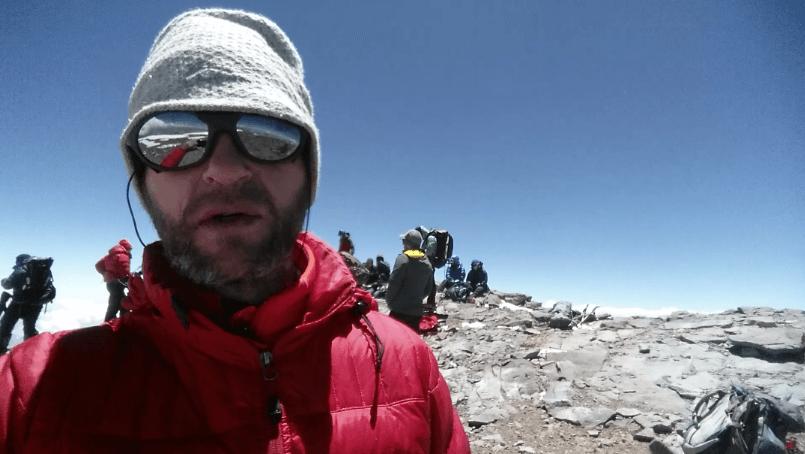 Nicolas Scheidtweiler erschöpft auf dem Gipfel des Aconcagua Dezember 2016