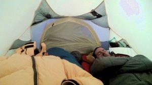 Erschöpft im Zelt nach dem Gipfeltag