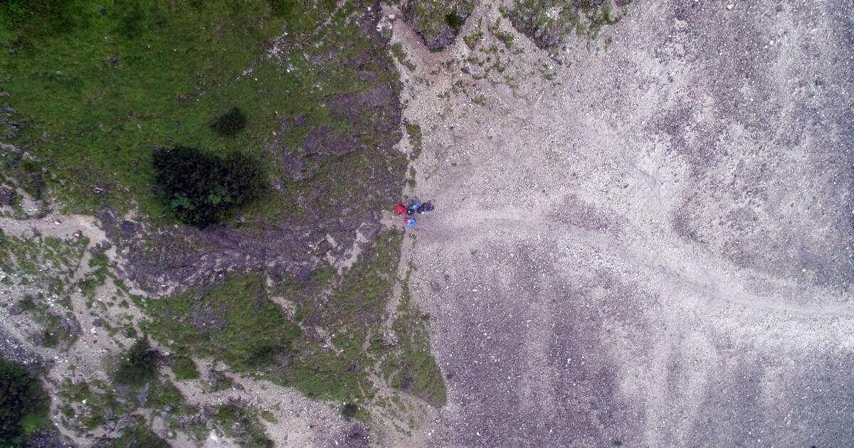 Drohnen-Blick: Das Team vorm ersten Klettersteig
