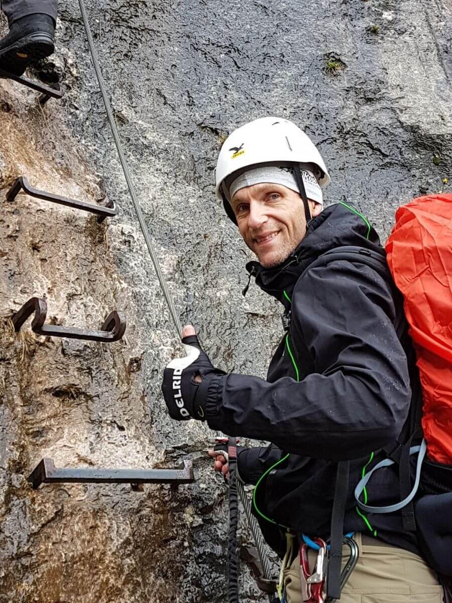 Voller Vorfreude beim Einstieg in den Klettersteig