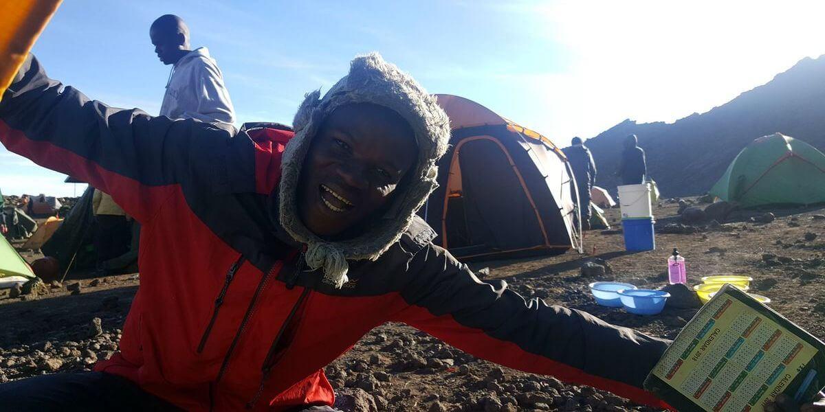 2018! Der Camp-Manager weckt uns zu Neujahr - 7summits4help auf dem Kilimanjaro via Rongai-Route