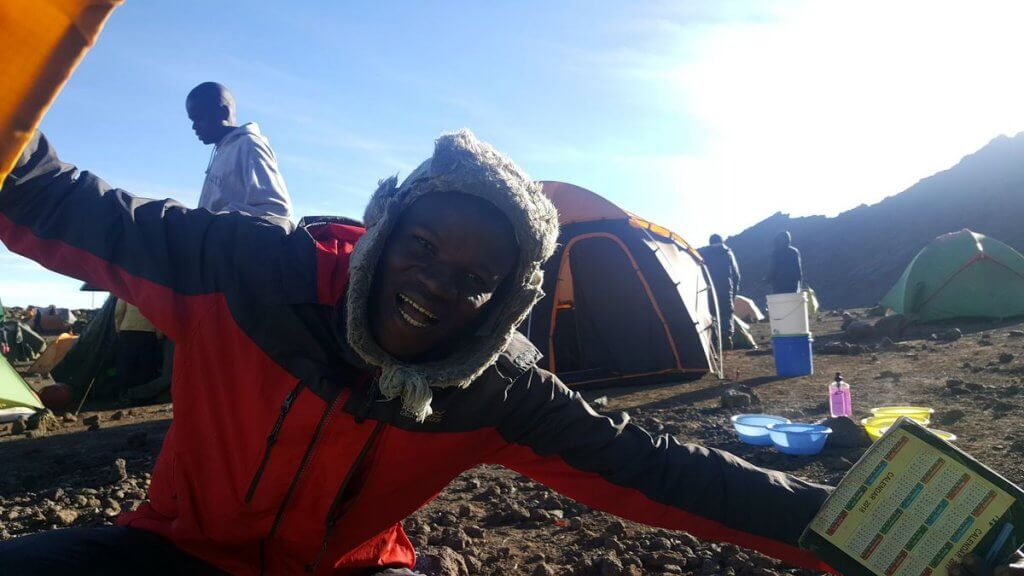Der Camp-Manager weckt uns zu Neujahr - 7summits4help auf dem Kilimanjaro via Rongai-Route