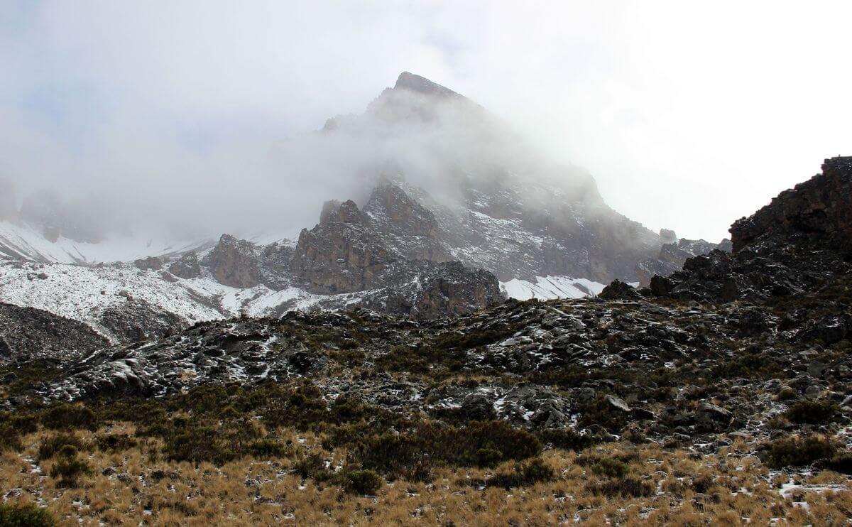 Der Mawenzi im Nebel