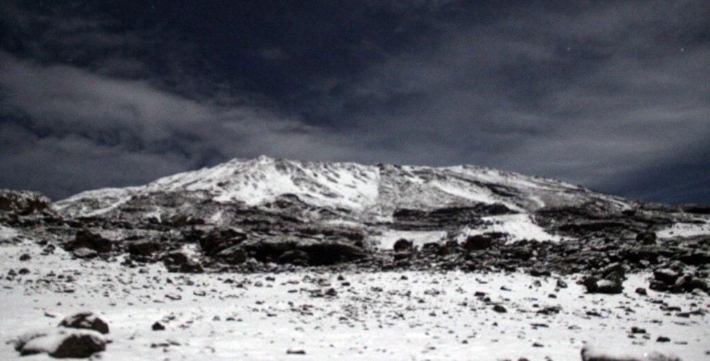 2 Uhr: Schnee auf dem Kibo - 7summits4help auf der Uhuru Peak des Kilimanjaro