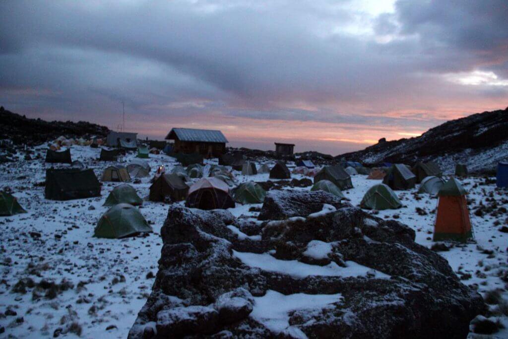 Morgenrot an der Mawenzi Tarn Hut - 7summits4help auf dem Kilimanjaro via Rongai-Route