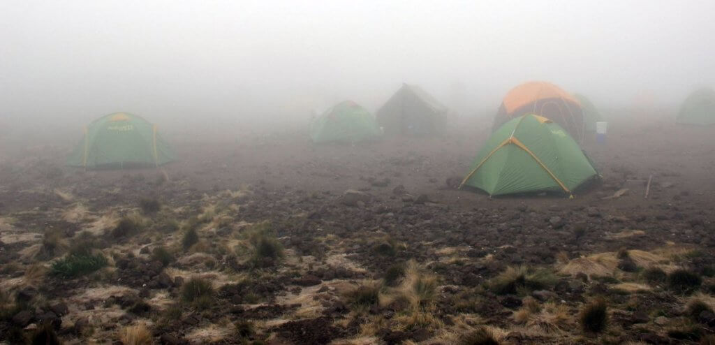 Nebel an der Mawenzi Tarn Hut - 7summits4help auf dem Kilimanjaro via Rongai-Route