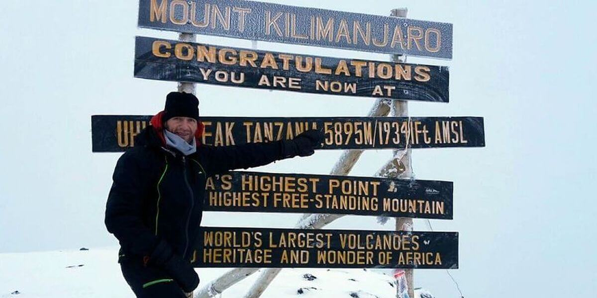 Nicolas Scheidtweiler am Uhuru Peak - 7summits4help auf dem Kilimanjaro via Rongai-Route