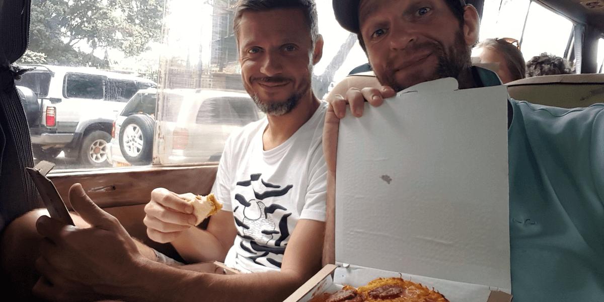 Pizza im Impala von Arusha nach Nairobi - 7summits4help für die German Doctors unterwegs