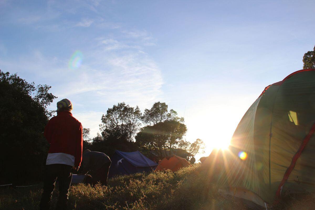 Sonnenaufgang im Simba-Camp