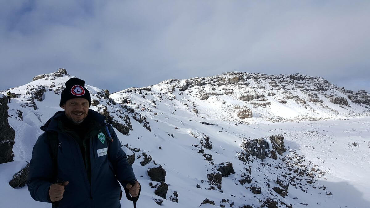 Tjalf beim Abstieg am Kraterrand