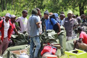 Träger bereiten das Gepäck am Nalemuru-Gate vor