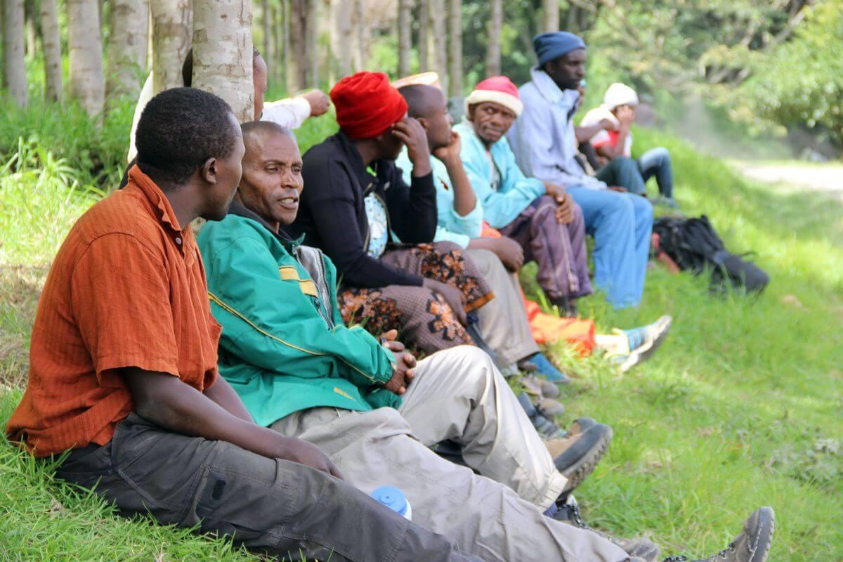 Träger warten am Nalemuru-Gate