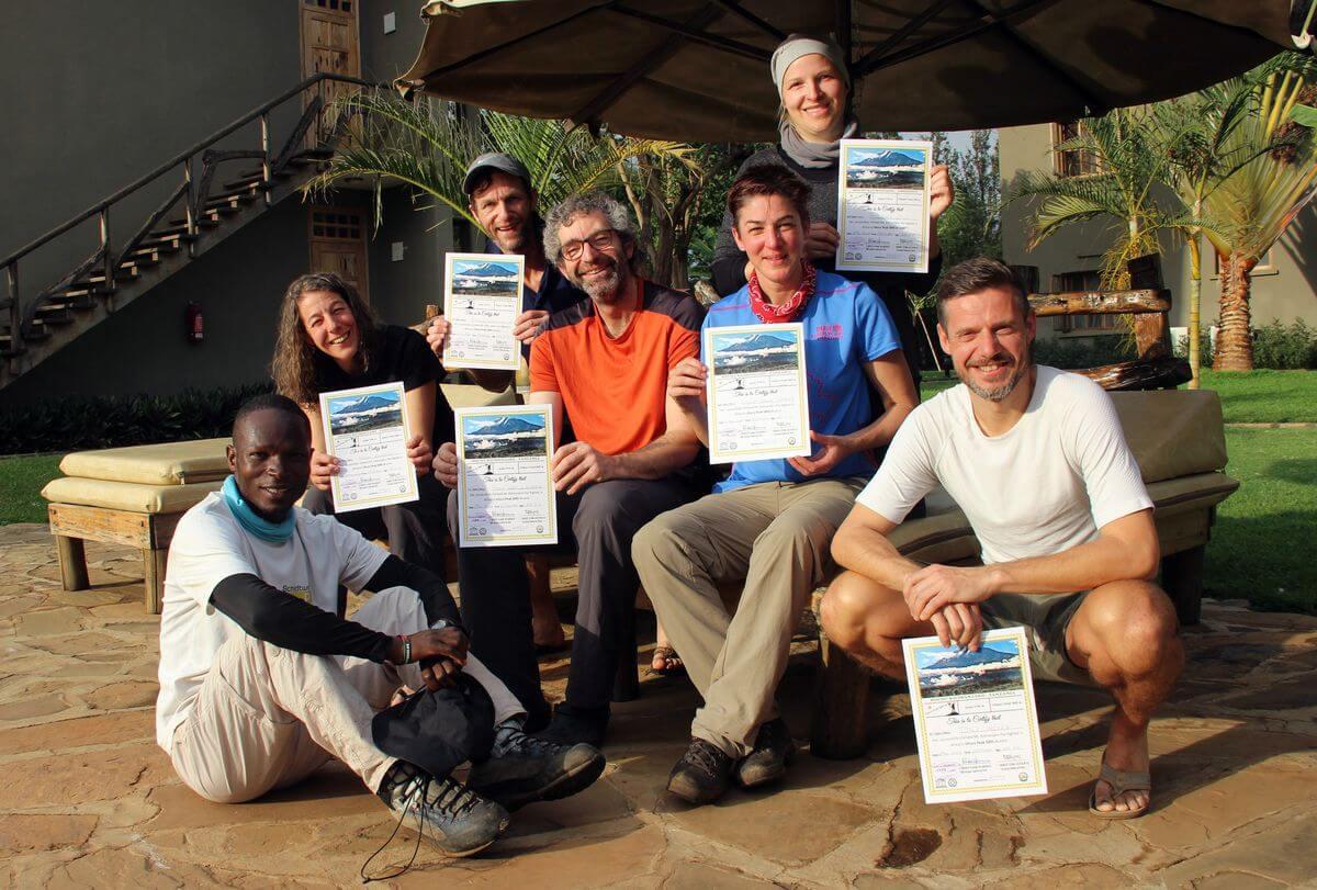Stolz mit der Urkunde in der Weru Weru River Lodge - 7summits4help auf dem Kilimanjaro via Rongai-Route