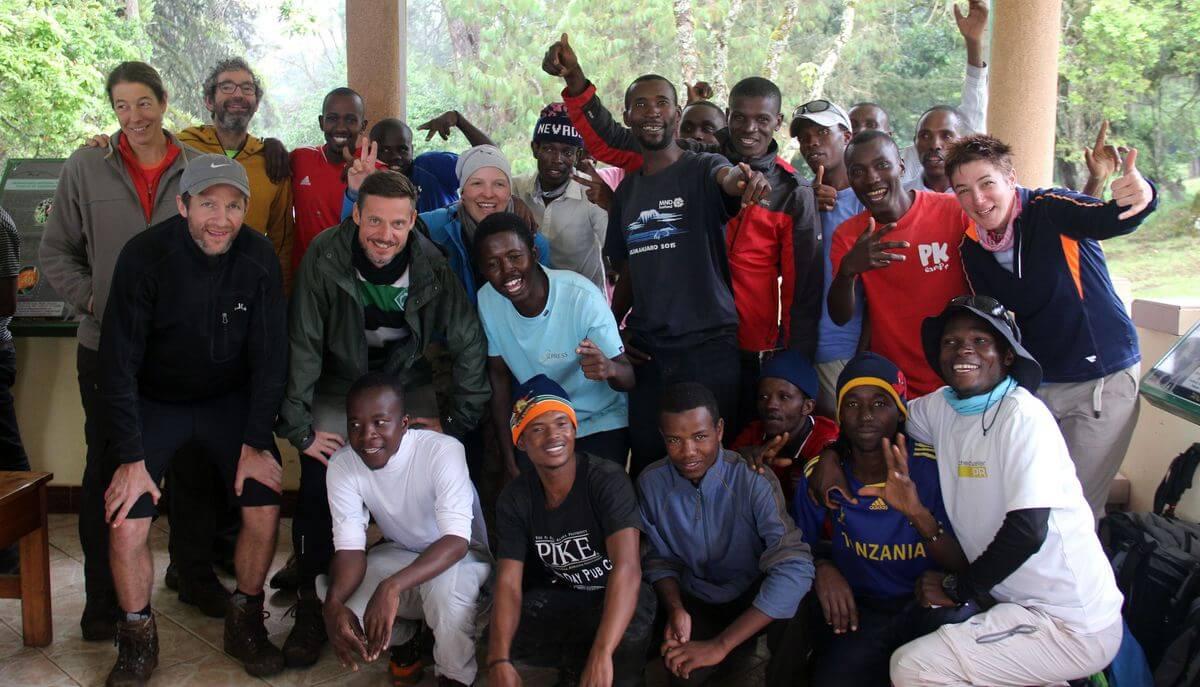 Tip-Zeremonie am Marangu-Gate - 7summits4help auf dem Kilimanjaro via Rongai-Route