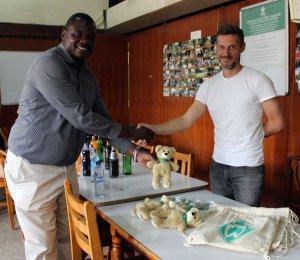 Tjalf übergibt Spenden von Werder Bremen an George Audi