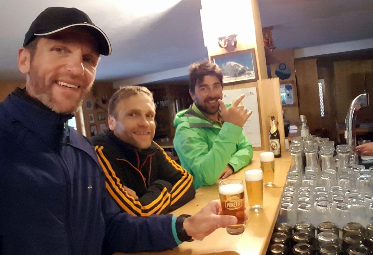 Abschluss-Bier nach der Königsspitze von der Pizzini-Hütte - Alpinschule Ortler mit Jacopo Compagnoni