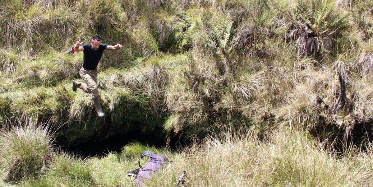 Springend über tiefe Gräben - Expedition Carstensz-Pyramide