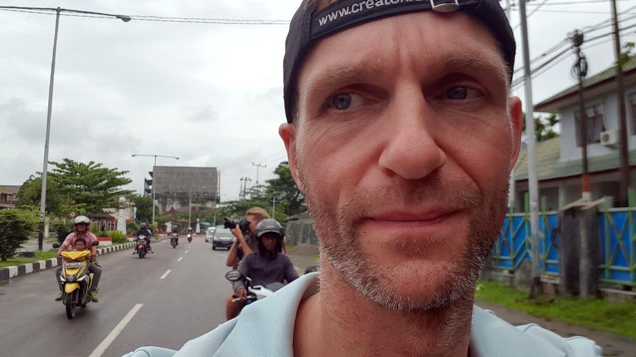 Nico Scheidtweiler beim Ausflug zur Post in Timika - Carstensz-Expedition - Es geht los in Papua