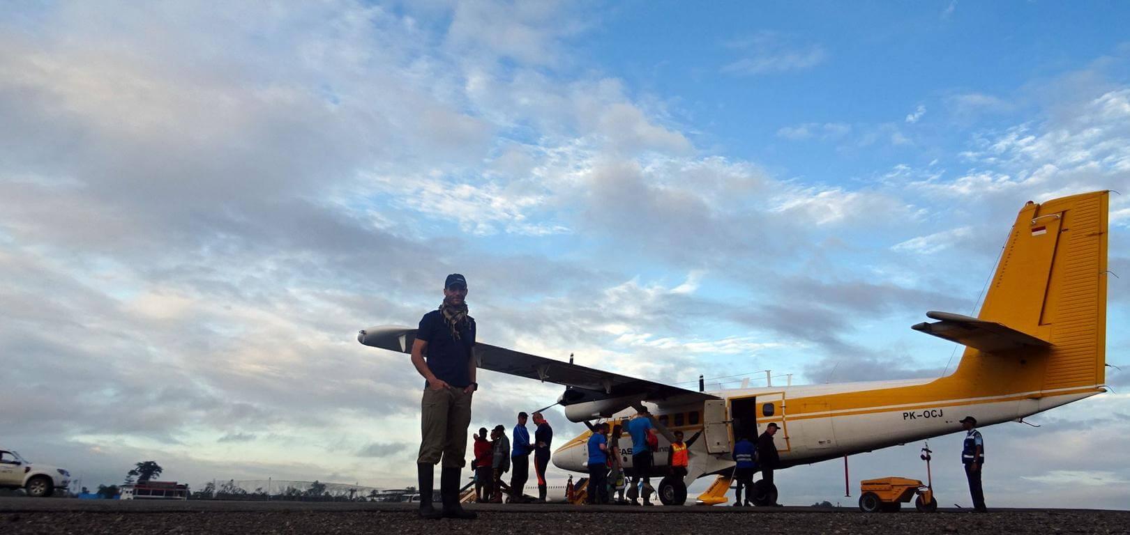Nico Scheidtweiler vor einer Twin Otter - Abflug zur Carstensz-Pyramide