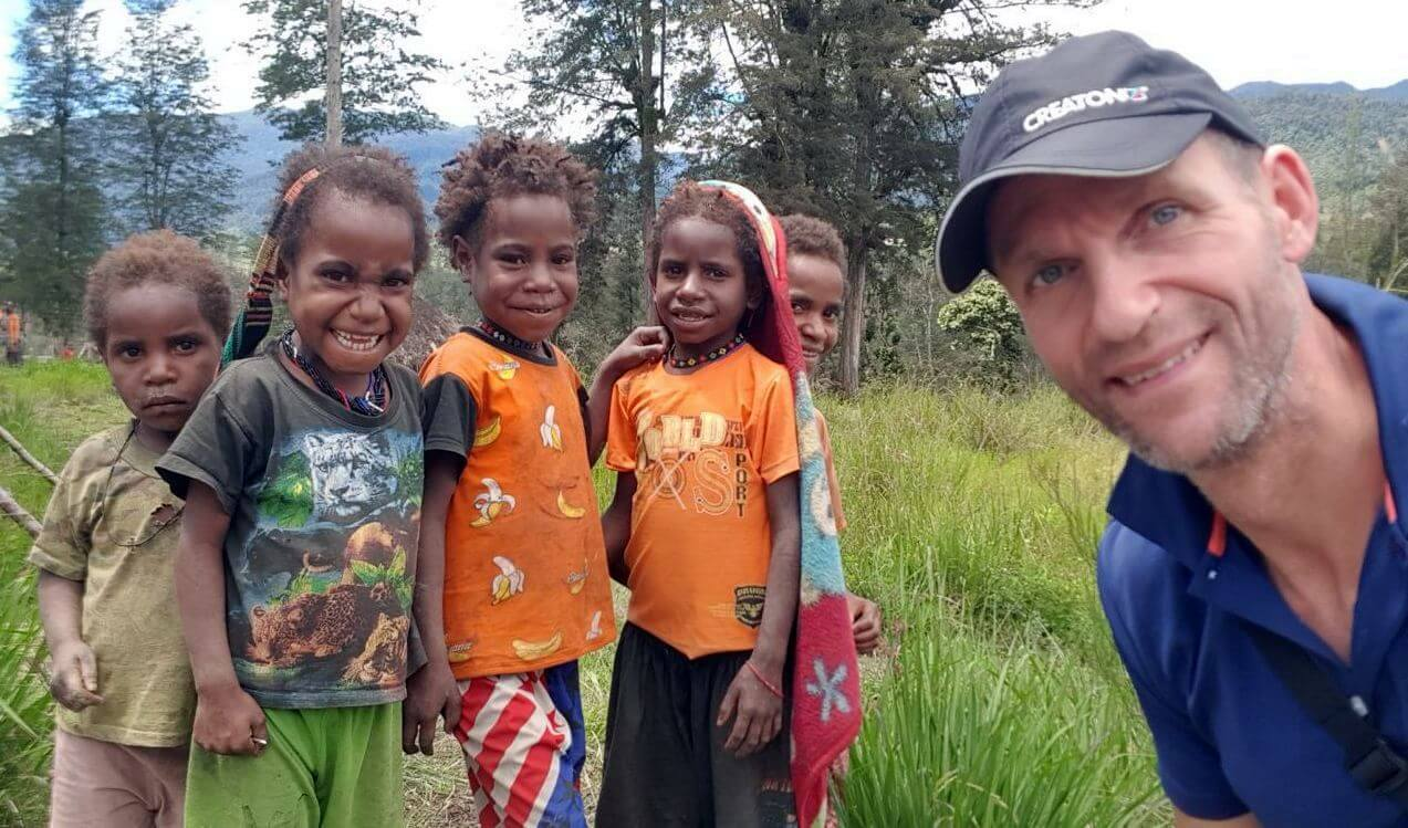 Nicolas Scheidtweiler mit Kindern in Illaga - 7summits4help