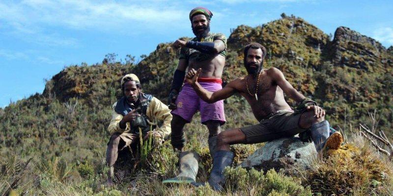 Träger zeigen ihre Muskeln an Tag 2 - Expedition zur Carstensz Pyramide