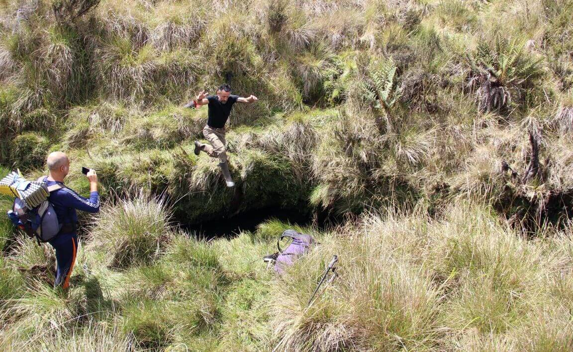 Springend über tiefe Gräben