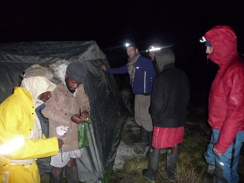 Aufbau des Zeltes für die Träger - Carstensz-Pyramide