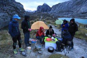 Das erste Abendessen im Basecamp - Carstensz-Pyramide