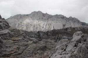 Der erste Blick auf das Massiv der Carstensz-Pyramide vom Blick vom Neuseeland-Pass