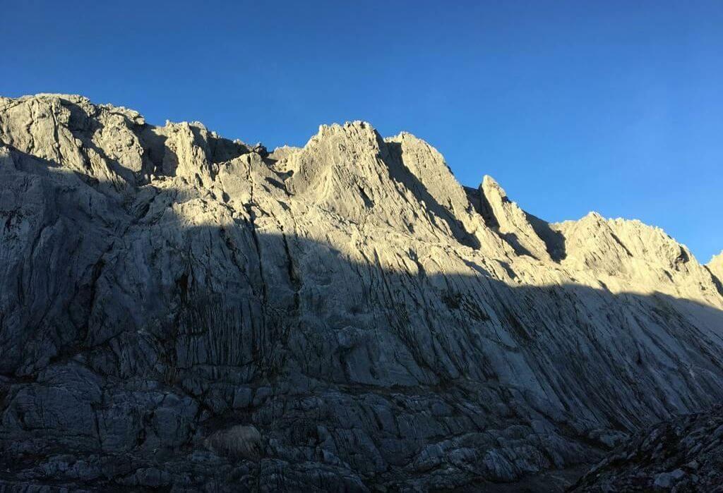 Die Carstensz-Pyramide im Sonnenaufgang