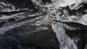 In der Wand der Carstensz-Pyramide