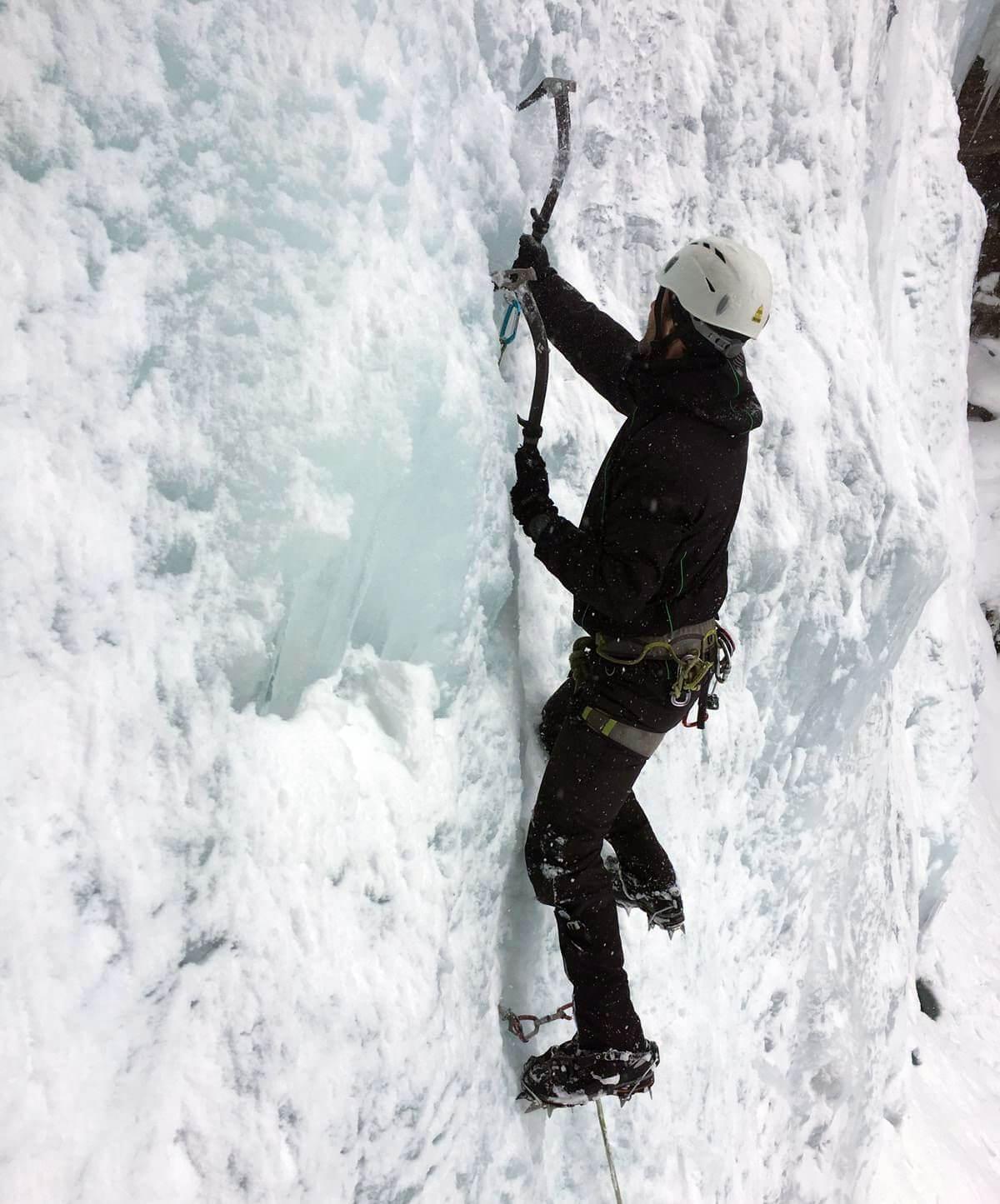 Nicolas Scheidtweiler beim Eisklettern